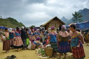 Can Cau market - Viet Sapa Travel